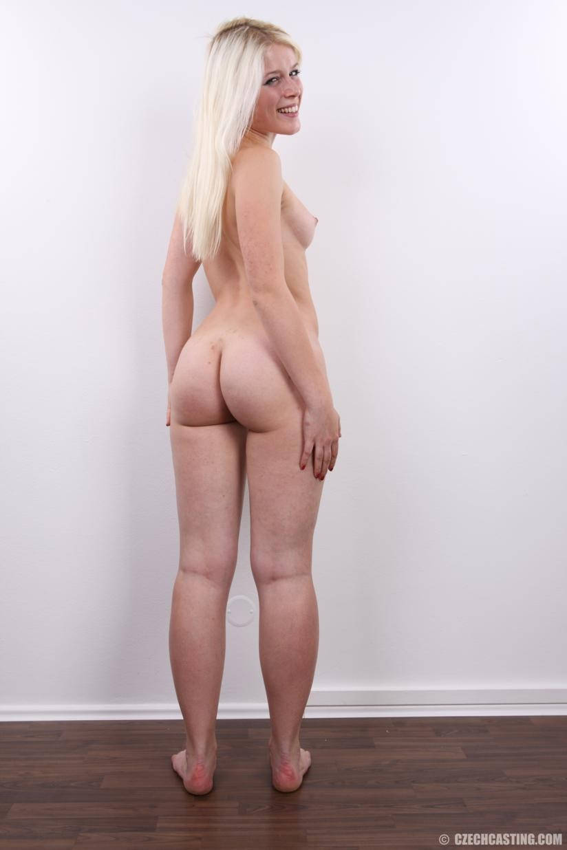Блондинка раздвинула ноги на кастинге