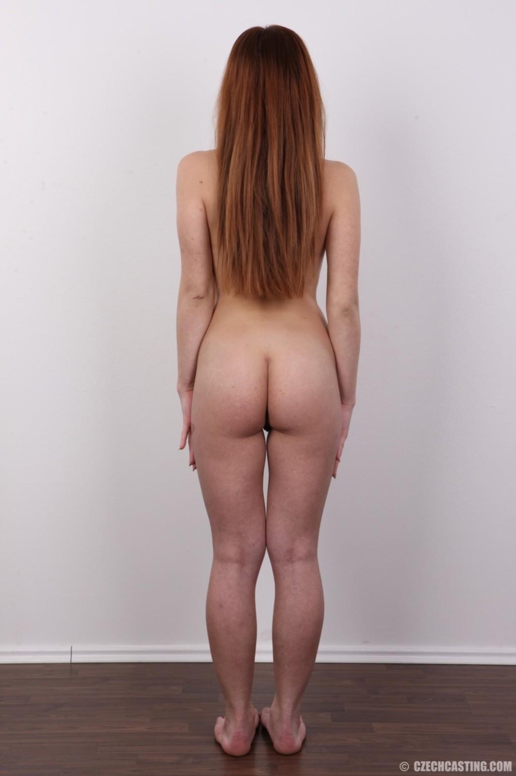 Скромная телочка показала лобок и раздвинула ножки на кастинге