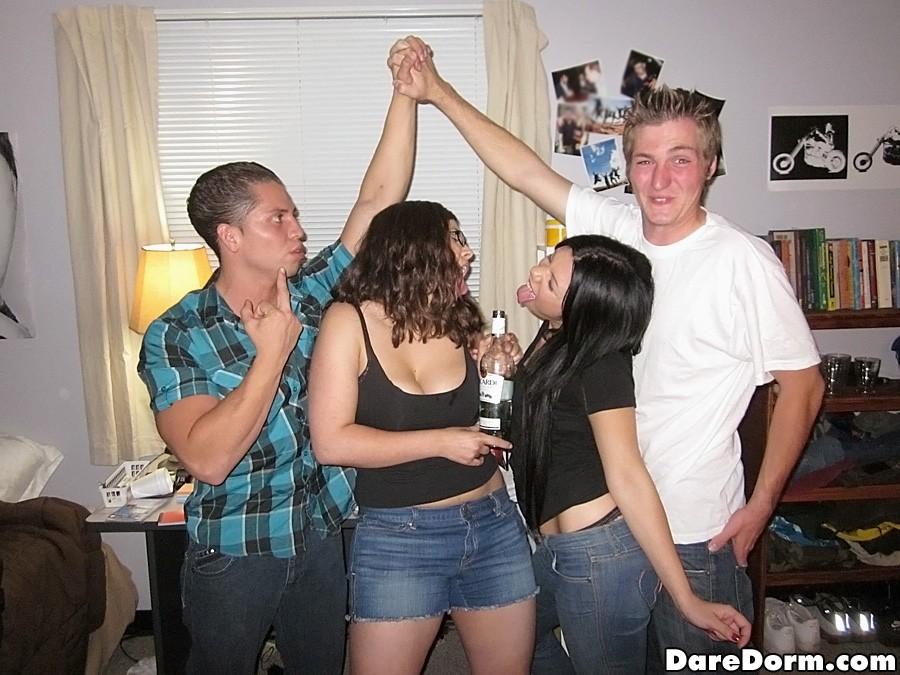 Две студентки и два парня в комнате общаги
