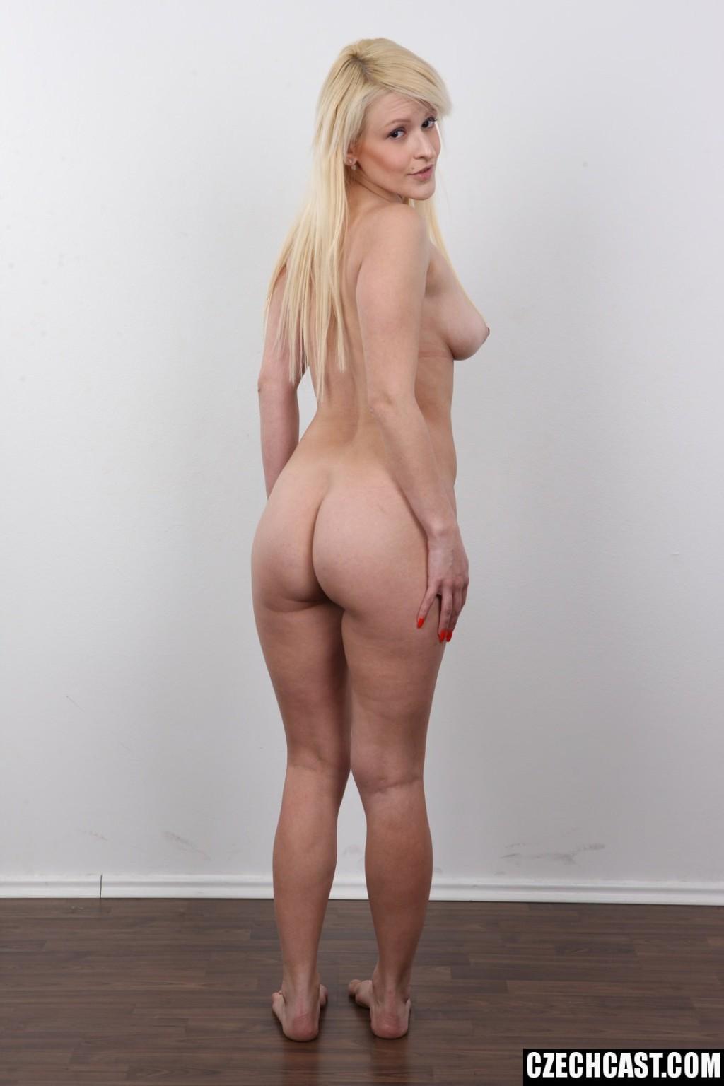 Блондинка полностью голая позирует на кастинге