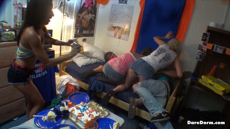 Американские студентки бляди позвали мужиков в общагу