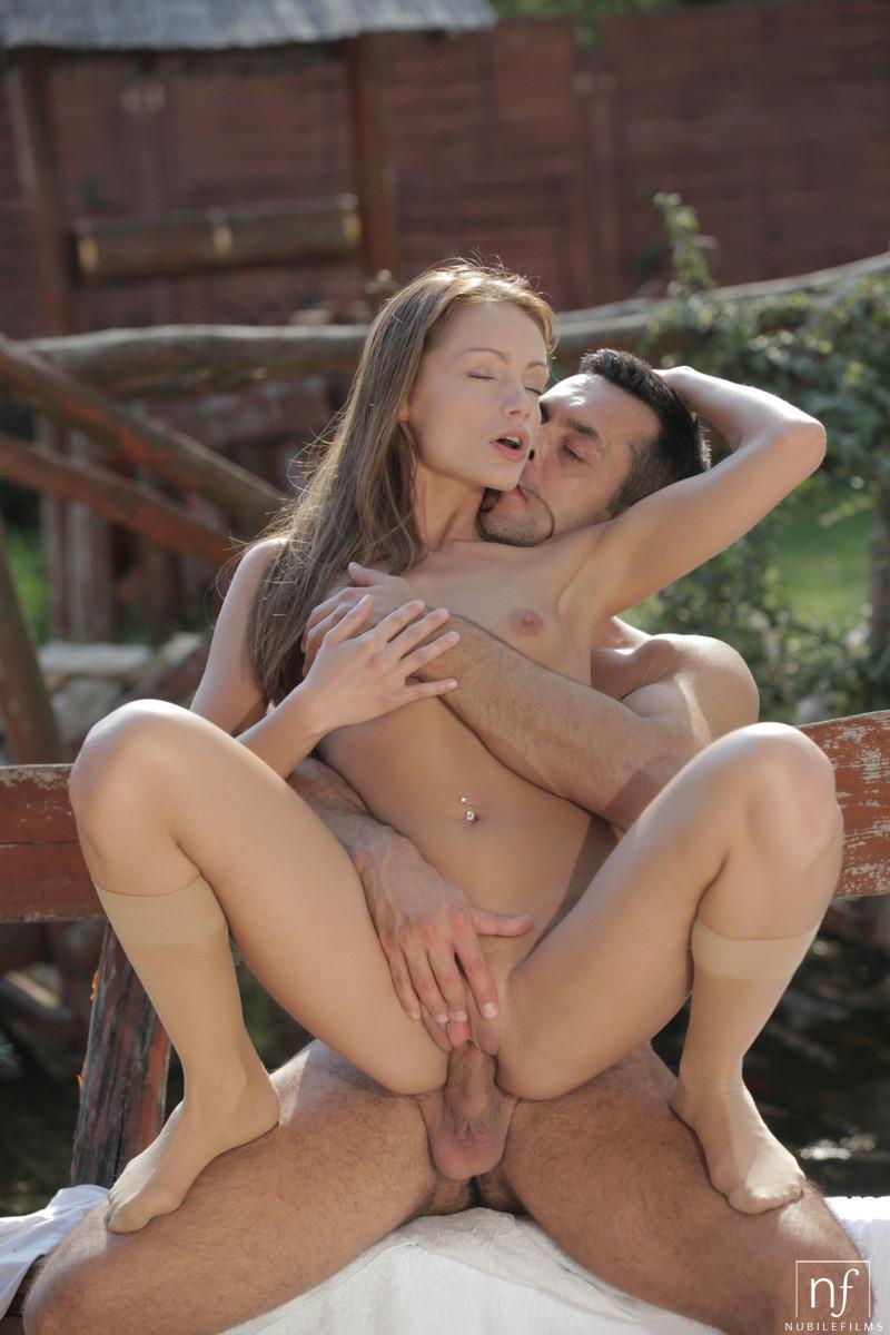 Нежный секс во дворе частного дома