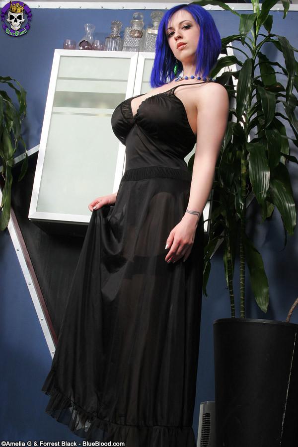 Большие сиськи и красивая пизда гибкой девушки с синими волосами