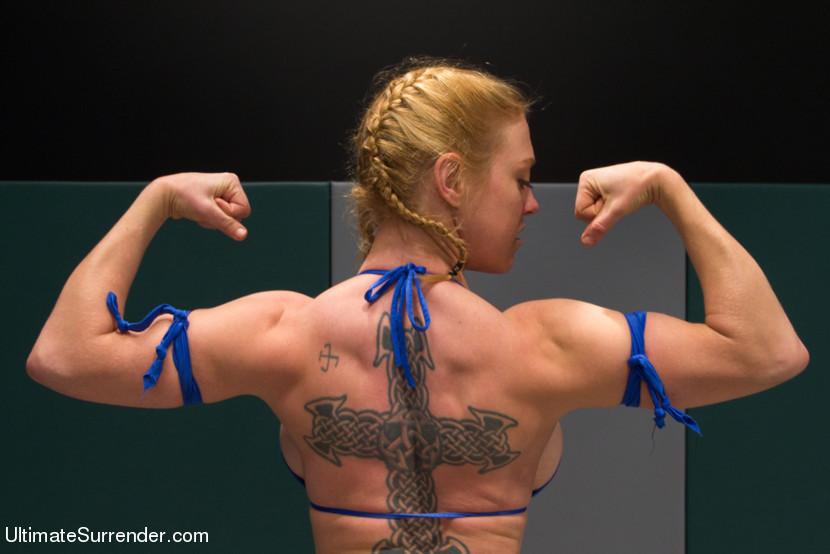 Сильные дамы борятся и страпонятся на ринге