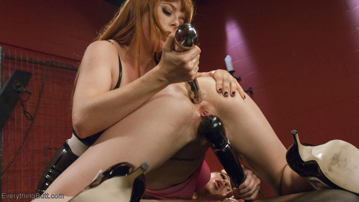 Очень строгие анальные развлечения молодых женщин