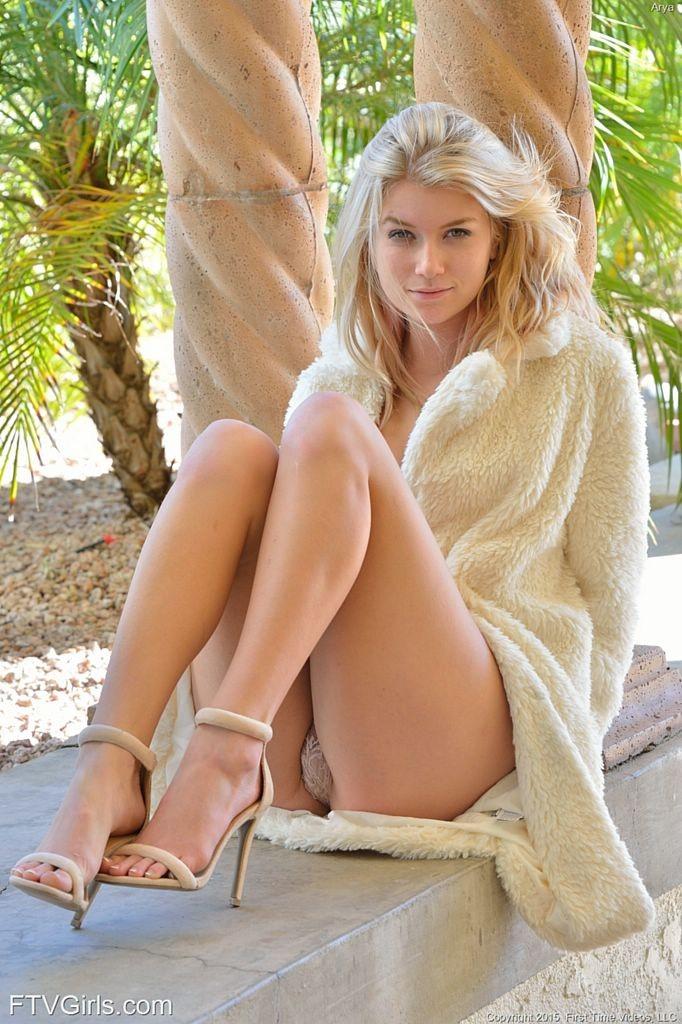 Блондинка публично светит красивой киской
