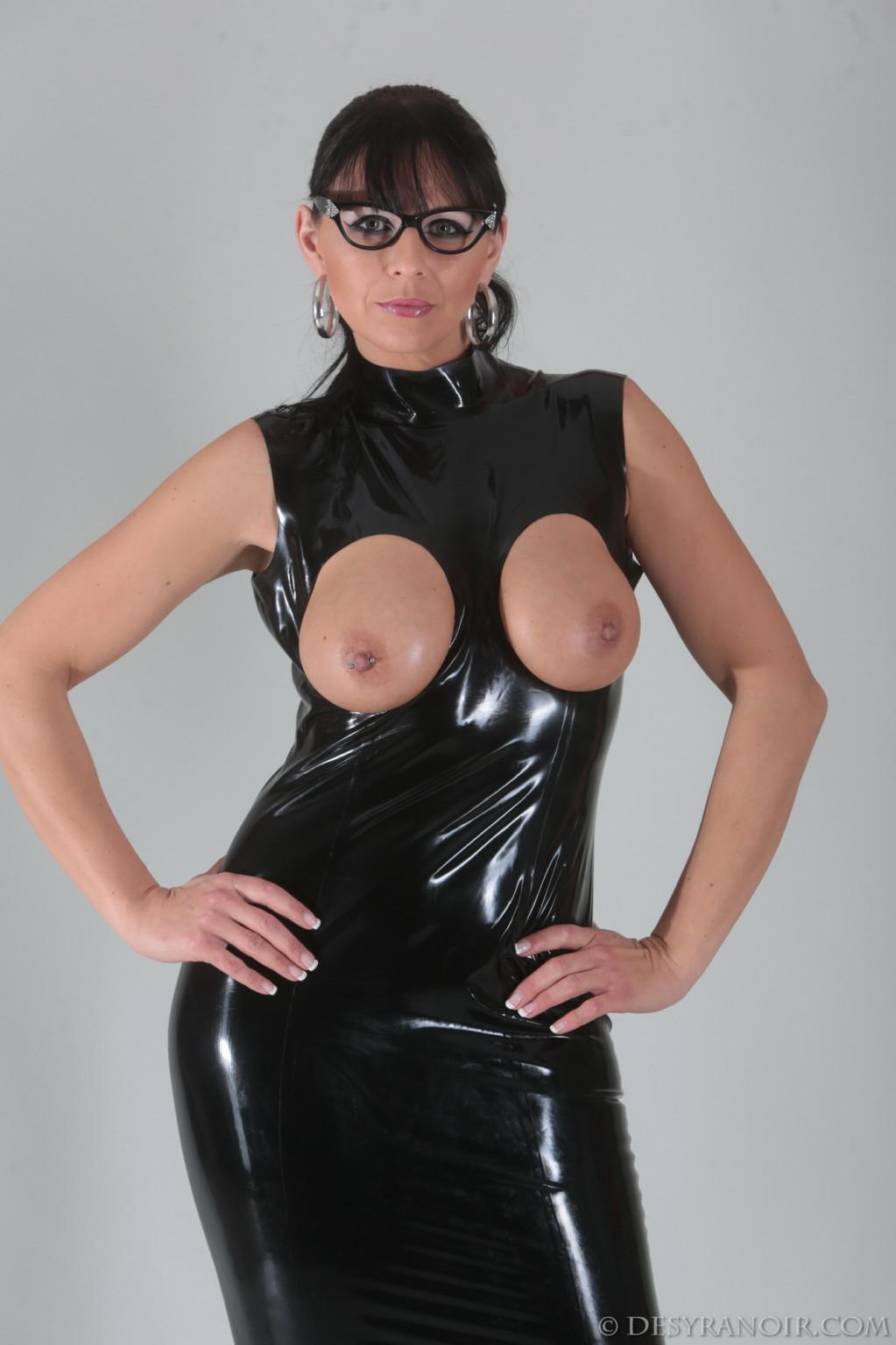 Зрелая немка с голыми сиськами в латексном платье