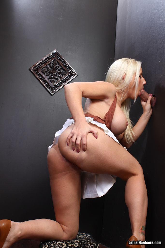 фигуристая блондинка Sammie Spades в глорихоле