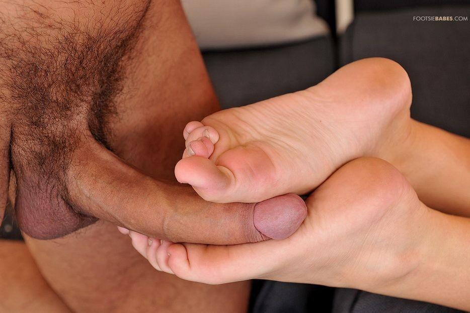 Alexis Adams подрочила боссу ножками и дала в киску
