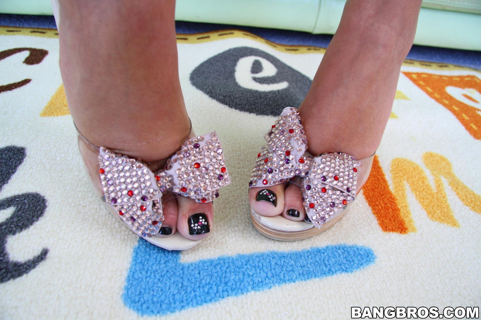 Дрочит ножками (футджоб) - Галерея № 3212309