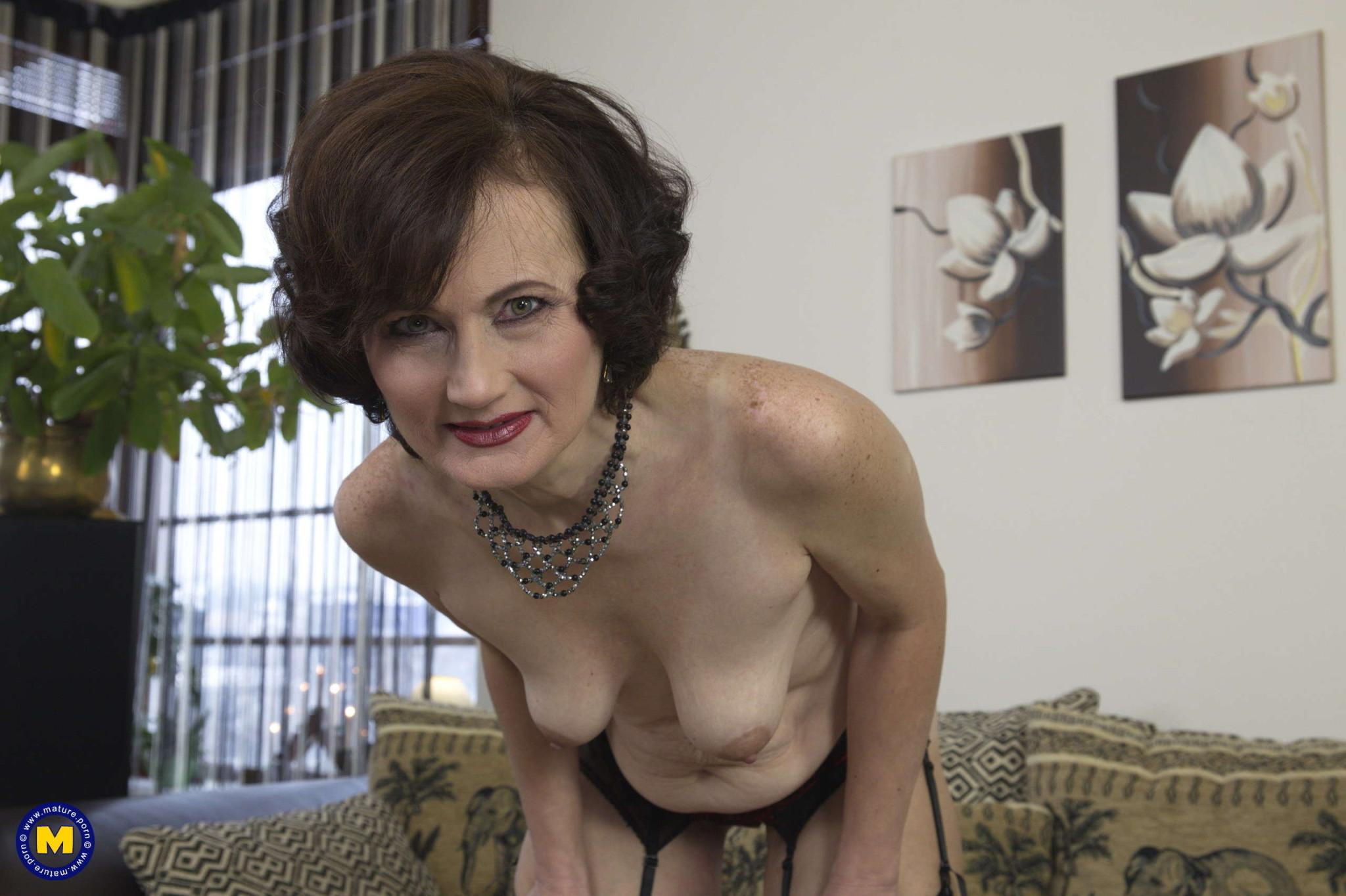 Одинокая пожилая женщина занимается мастурбацией