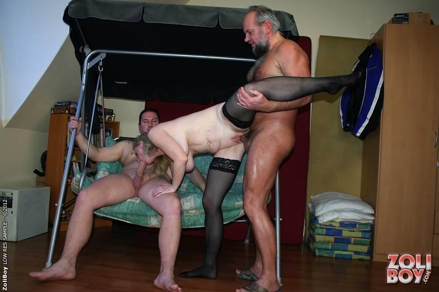 Двое мужчин по хардкору развлекаются со зрелой шлюхой