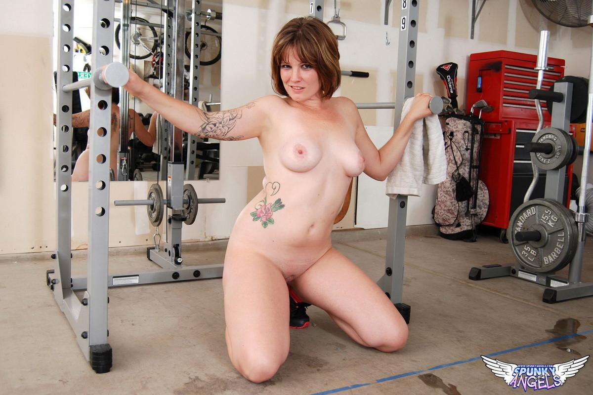 Зрелая баба разделась в спортзале