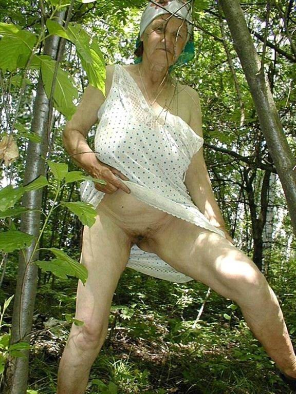 Пожилая Женщина На Природе Обнажает Гениталии