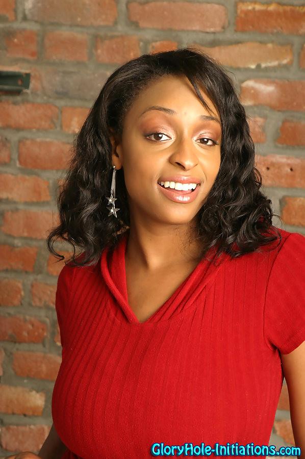 Негритянка с отличной жопой Carmen Hayes полностью разделась в туалете и отсосала