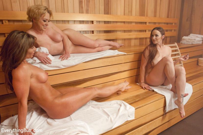 Три женщины в сауне раскурочили анальные дырки