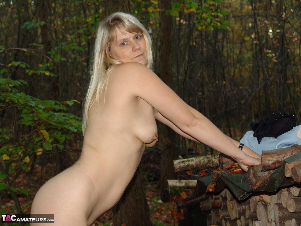 Немка разделась в лесу и сунула в пизду самотык
