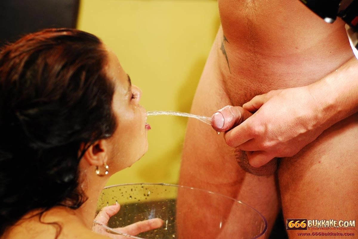 Немецкая шлюха упивается мужской мочой