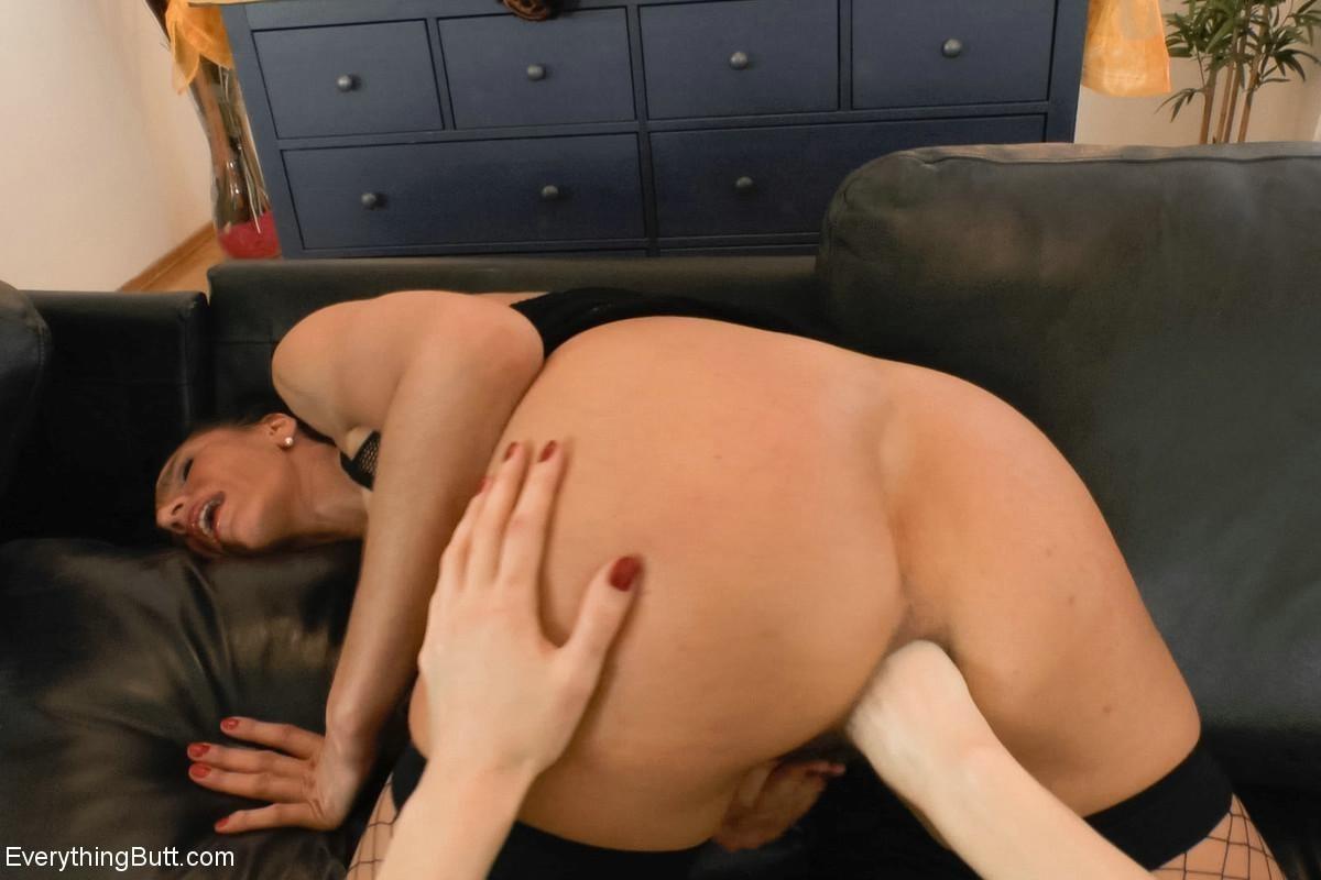 Суровые лесбиянки Maria и Bella Hally и их волосатые анальные дырки