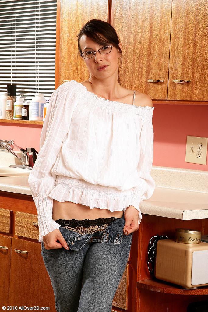 Худая зрелая женщина оголила волосатую вагину на кухне