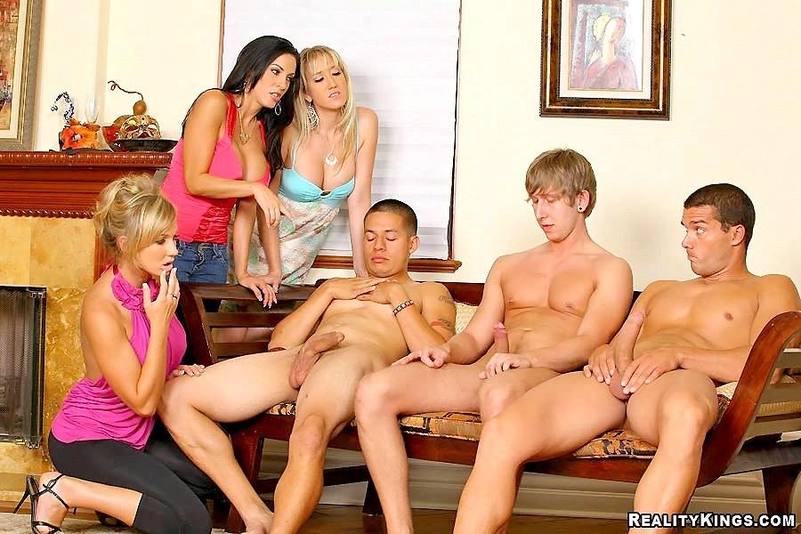 Студентки шлюшки посасывают у голых парней на вечеринке