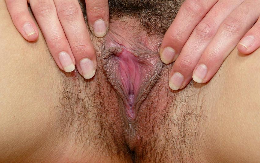 Волосатая узкая щель брюнетки крупным планом