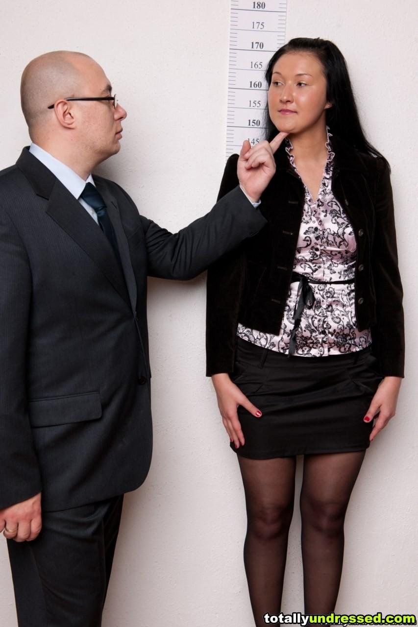 Брюнетка мечтает работать секретаршей