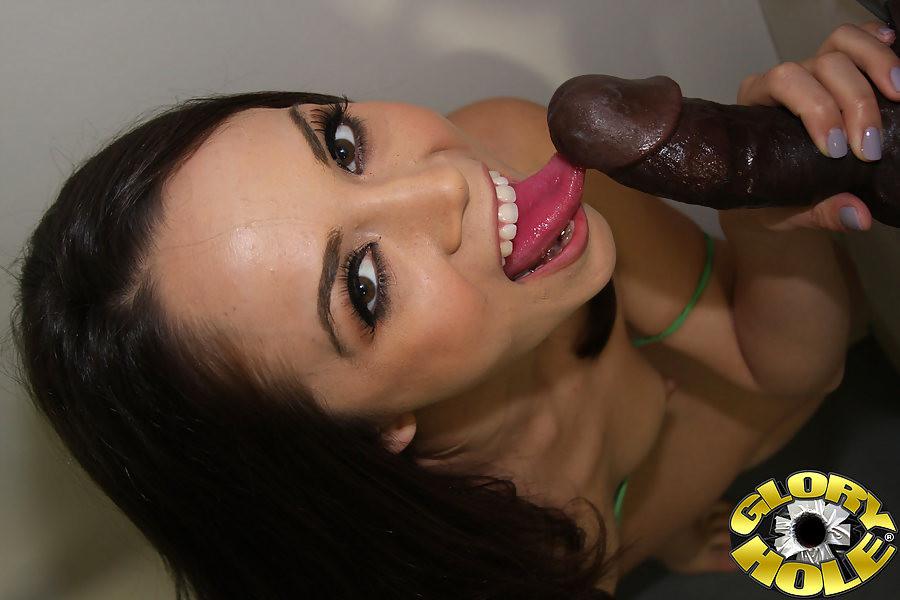 Kristina Rose развлекатеся с черным пенисом через дырку