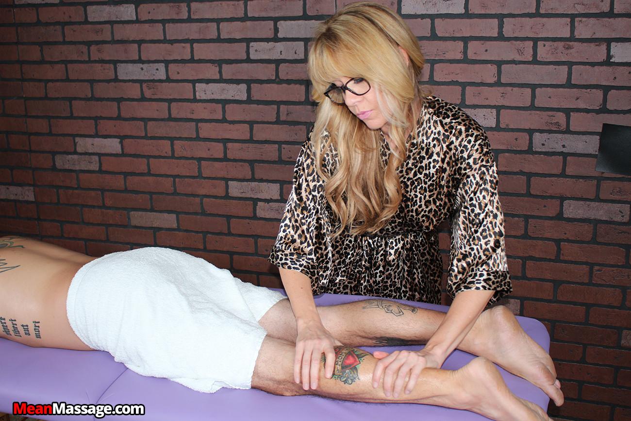 Зрелая Daisy Dalton дрочит член мужчине на массаже
