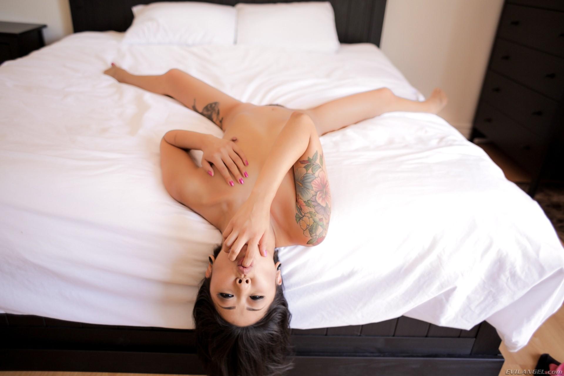 Татуированая азиаточка Saya Song разделась в постели