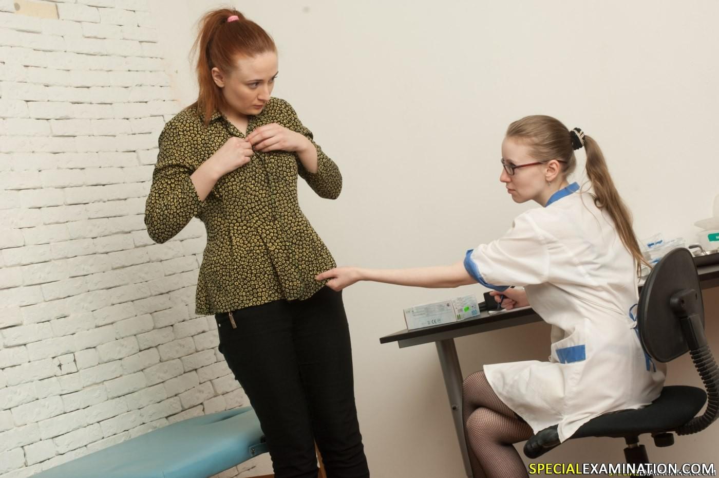 Развратная медсестра обследовала девушку полностью