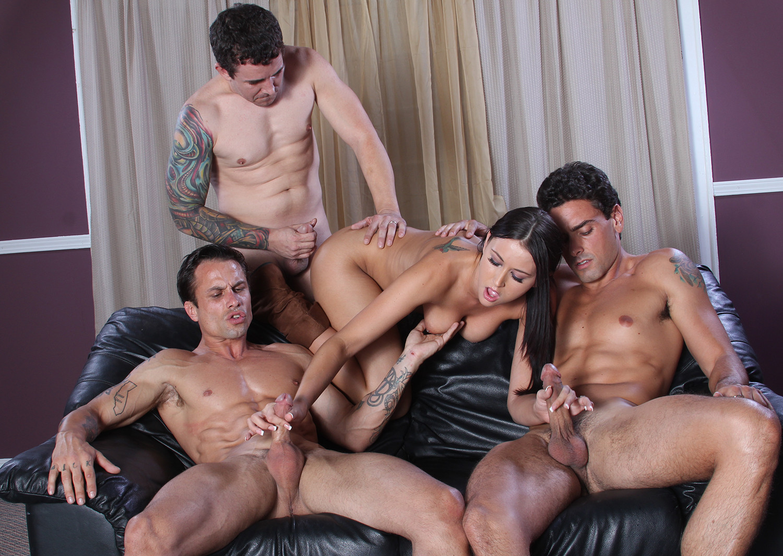 Alexis Grace пососала и подрочила четверым мужчинам