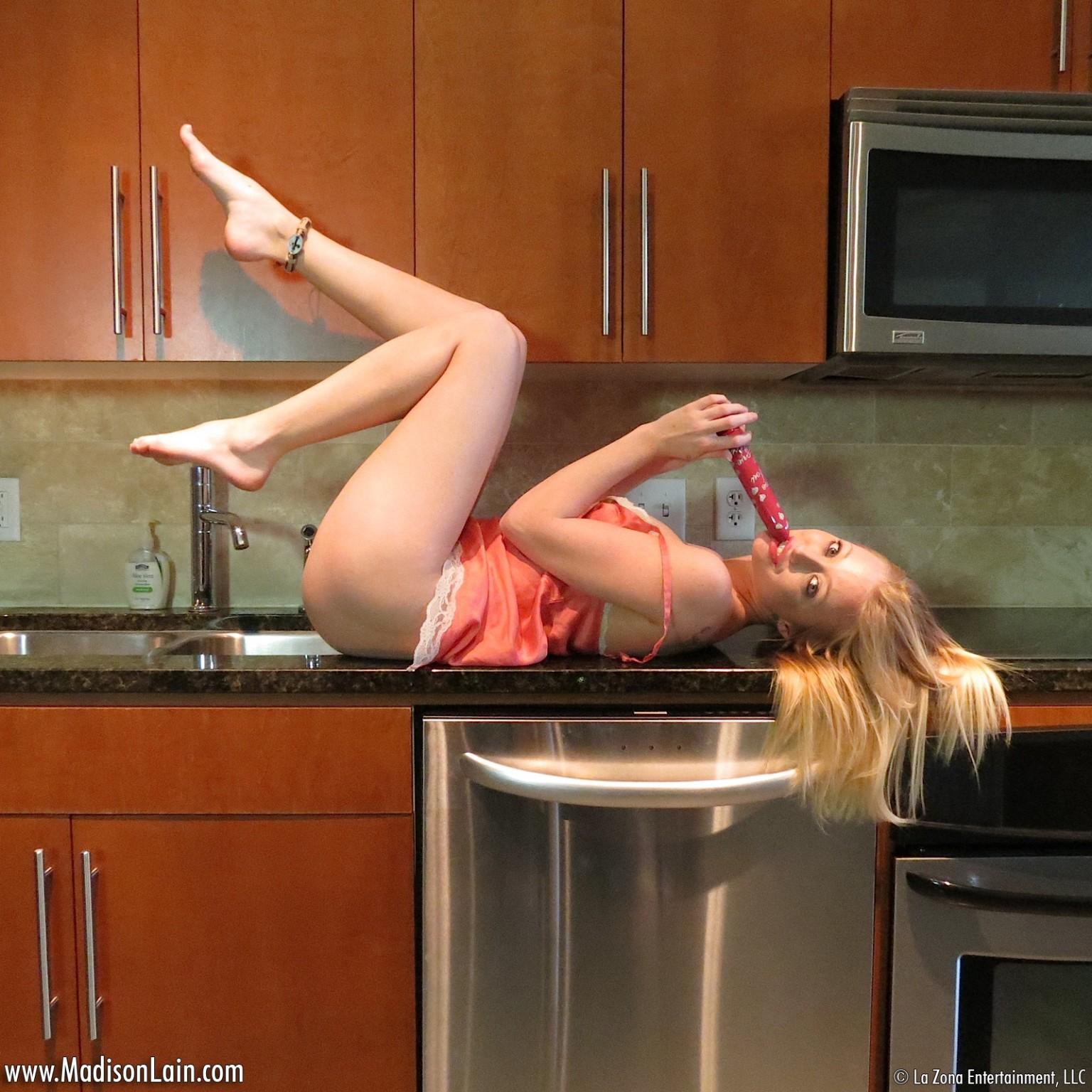 Стройная шалавка Madison Lain дрочит киску на кухне