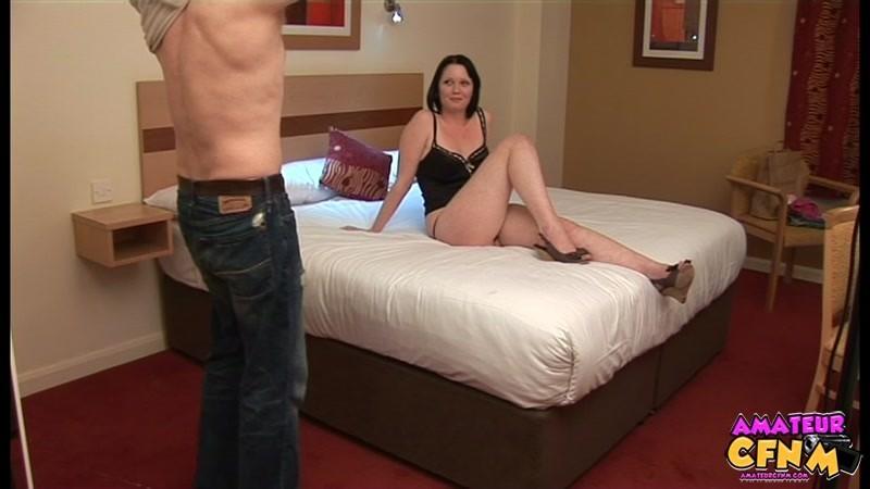 Шмара подрочила мужику хуй в гостинице