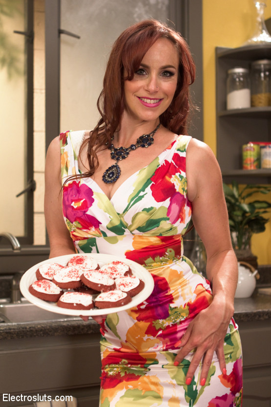 Mona Wales, Rose Rhapsody, Bella Rossi - На кухне - Галерея № 3423370