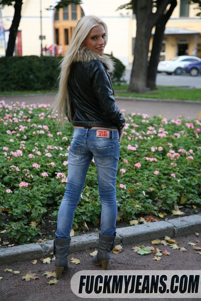 Сняв джинсы с блондинки парень трахнул ее в узкую попку
