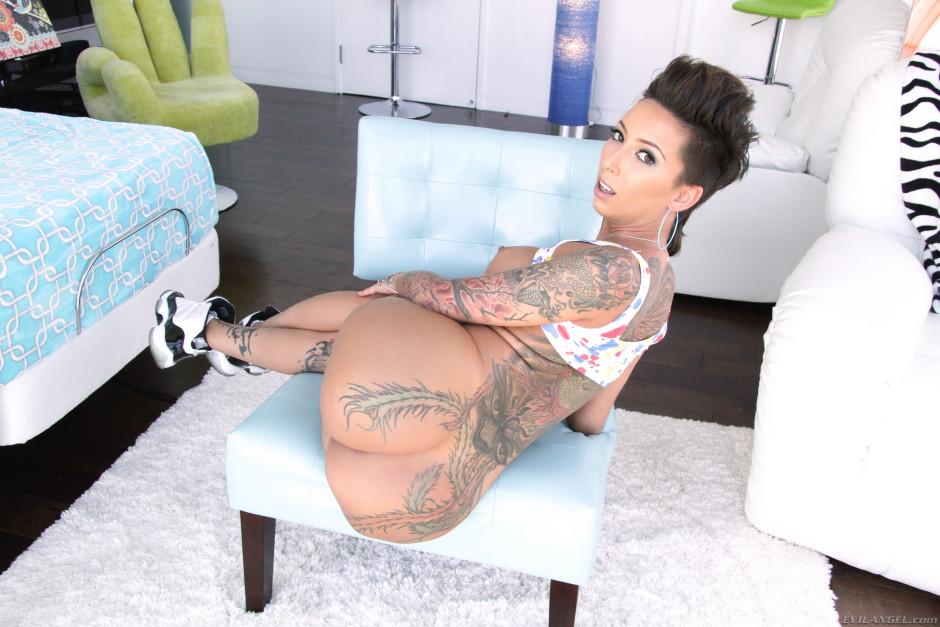 Стройная Bella Bellz показывает татуированную спину и красивую попу