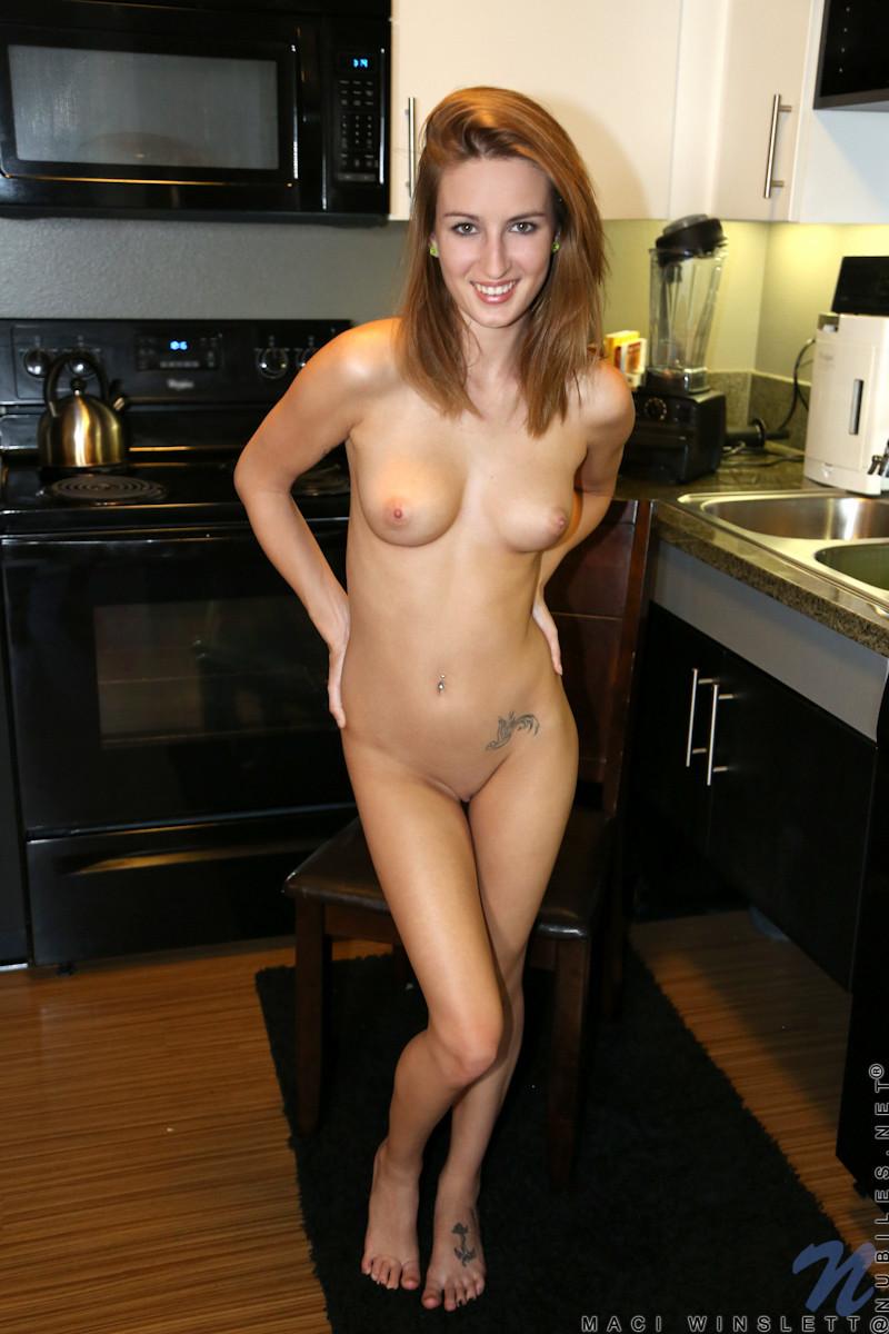 Maci Winslett сняла с себя всю одежду на кухне