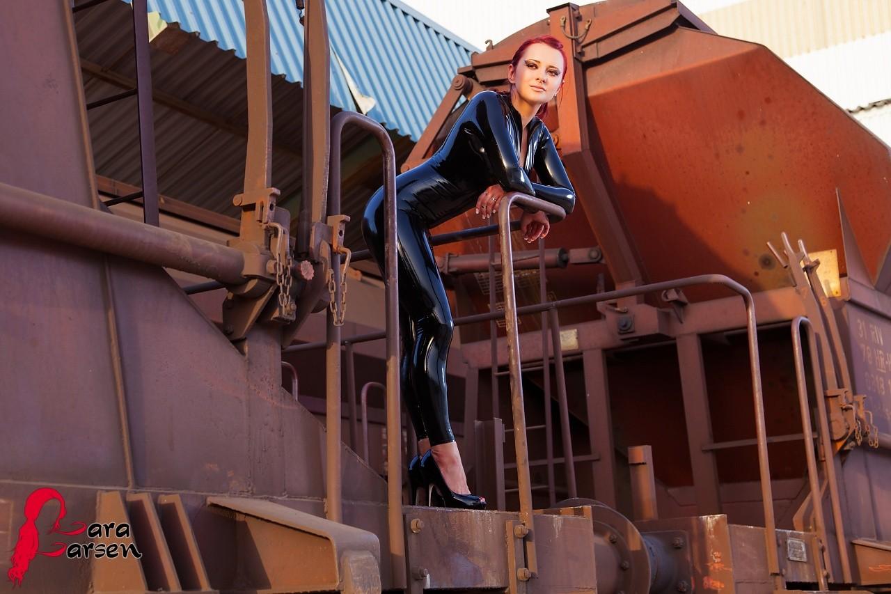 Рыжая Lara Larsen в латексе