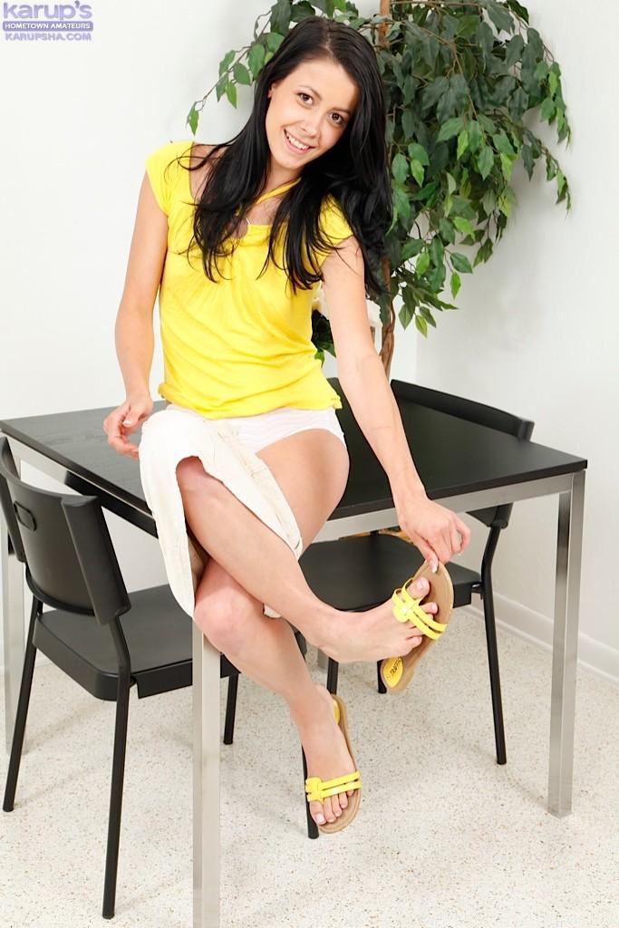 Худенькая брюнетка Alaina Kristar разделась на кухне и легла голая на стол