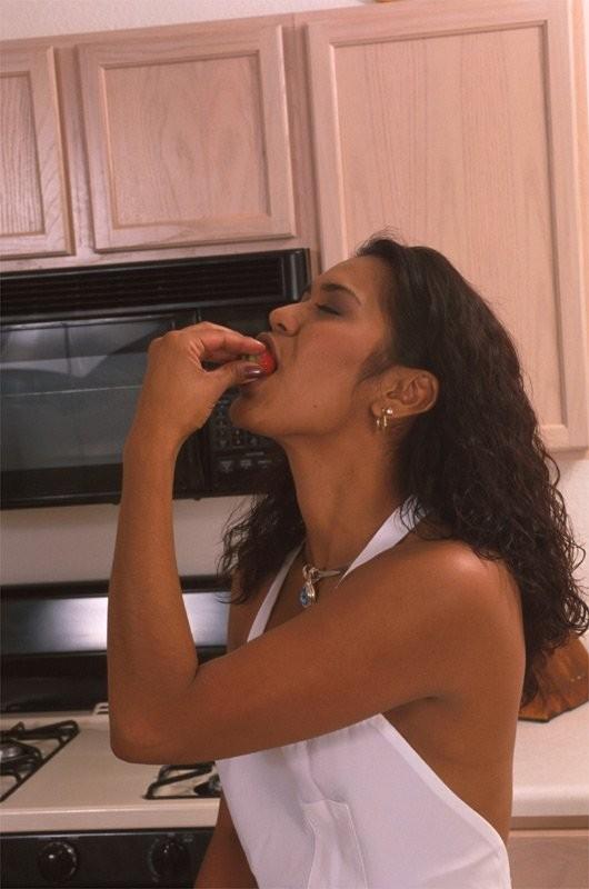 Мулатка ебет себя дилдаком на кухне