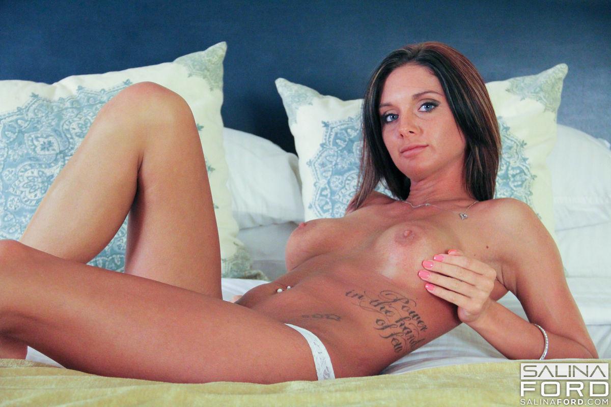 Salina Ford снимает нижнее белье в кровати