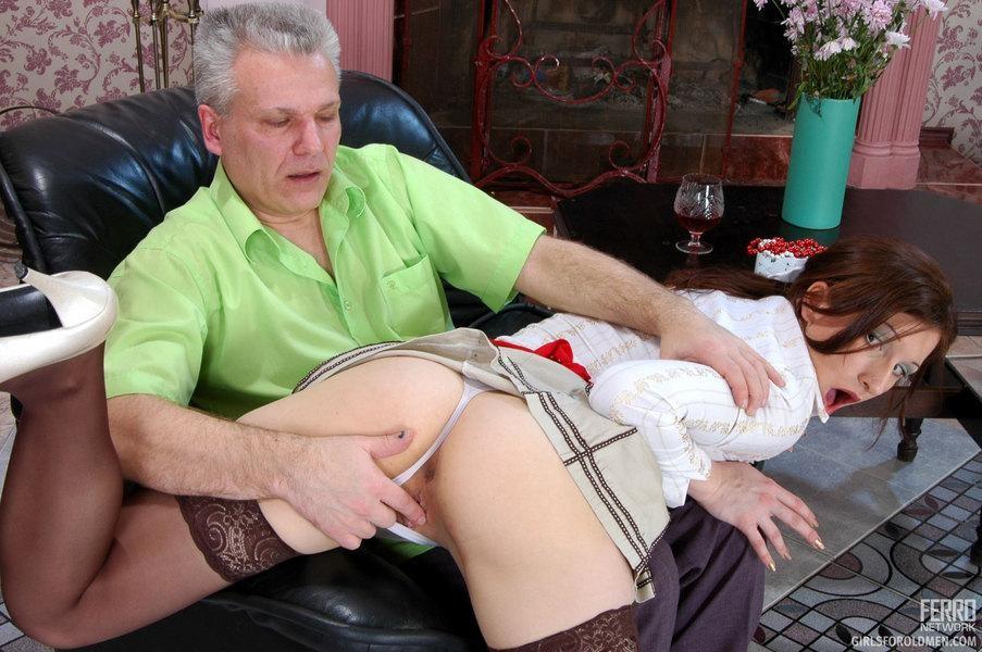 Пожилой мужик выеб худую горничную