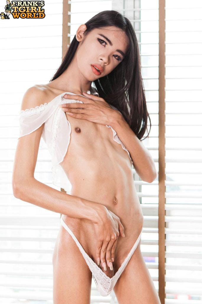 Азиатский ледибой хочет анального секса