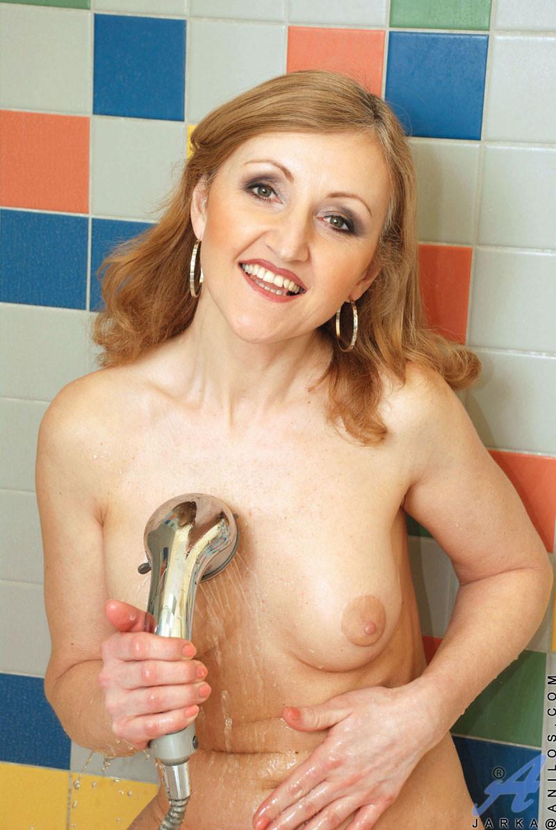 Зрелая женщина сняла халат и начала принимать душ