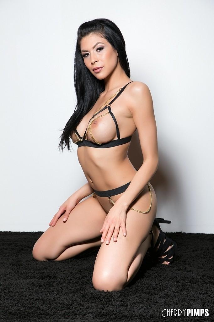 Соло сексуальной брюнетки Heather Vahn