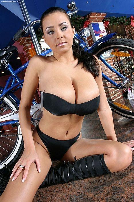 Грудастая Ewa Sonnet не знает с какой стороны подойти к велосипеду