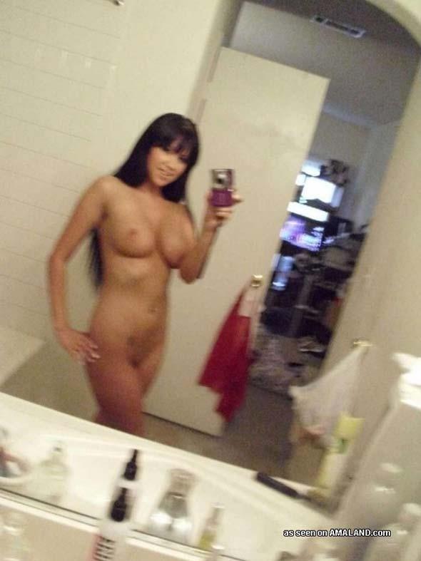 Бритая пизда мексиканки, которую она показывает в ванной