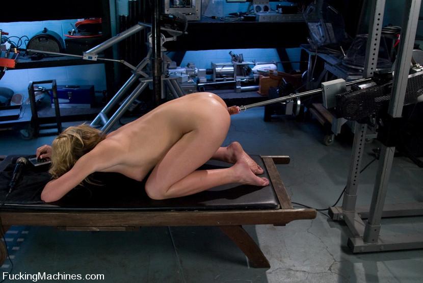 Секс машина полностью удовлетворила светловолосую блядь