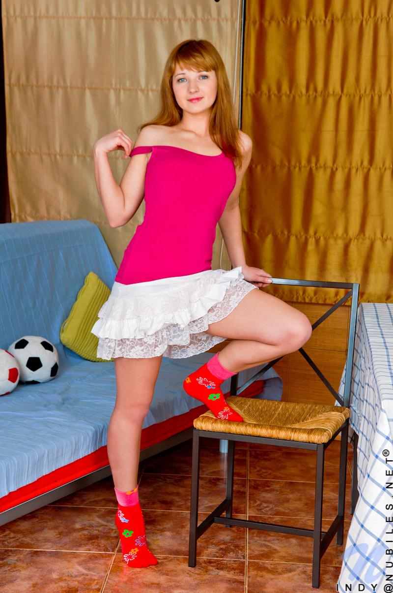 Рыжая девушка мастурбирует в своей комнате